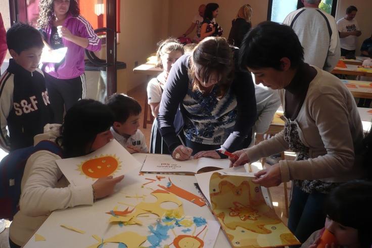"""Celebrando el Día del Libro con """"El constipado del Sol"""" en la Biblioteca de Soto del Barco 23-04-2013 Las dos autoras, Esperanza Medina y Elena Fernández, firmando ejemplares"""