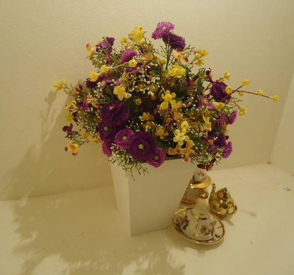 Arranjo vaso em MDF laqueado branco, com grande variedade em flores e cores, pois ele reflete alegria para qualquer ambiente! R$ 118,50