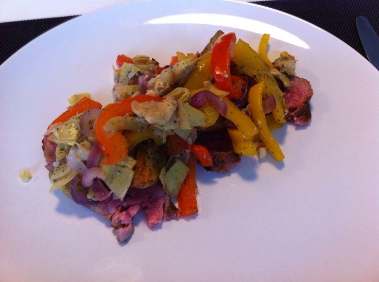 Rosbief met gegrilde aardappelen, paprika, rode ajuin en artisjok.