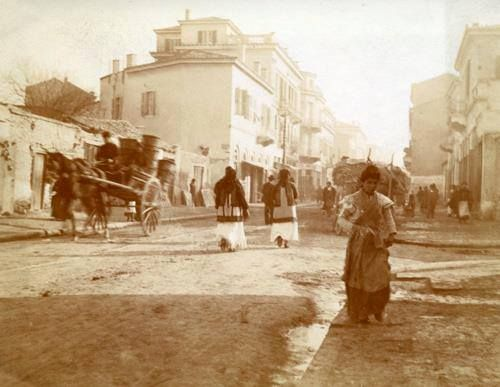 "1900 ~ Ermou street in Athens. In the back you can see ""New Epirus"" Hotel (photo by Agnes Baldwin Brett), #solebike, #Athens, #e-bike tours"