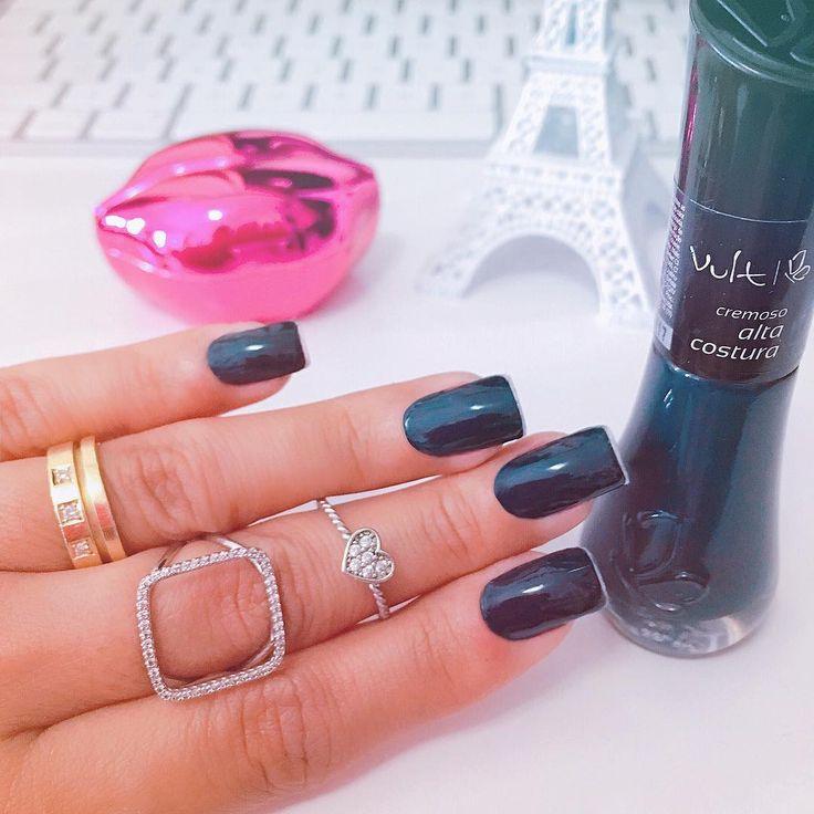 Black nails. iMac, Paris, pink lipstick, anéis.