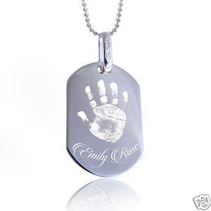 Gedenksieraad: dogtag met foto handje of voetje van overleden baby met naam erin gegraveerd..