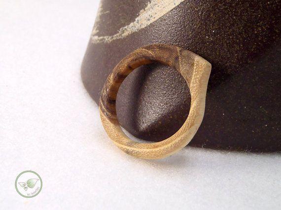 Bague en bois anneau simple et épuré en robinier  par LesBoisettes