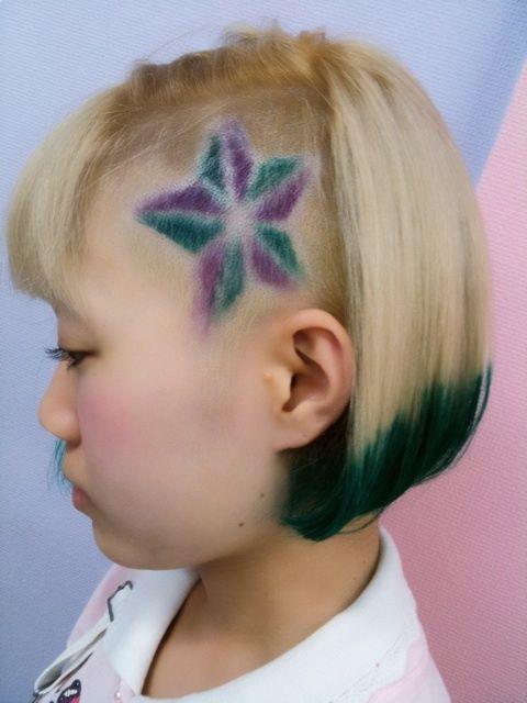 【毛先グリーンボブ】ブリーチでリタッチして、毛先の色を取るために、全体も少しブリーチしてシャンプー台で、軽くベージュでなじませて、毛先をグリーンにしました。刈上げは、星なんですけど、タトゥーとかでありがちな立体の星にしてみましたo(^▽^)o