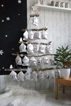 DIY Hangende adventkalender in de vorm van een kerstboom met stoffen zakjes. Hoe leuk is deze voor Kerst?