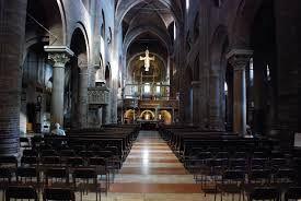 Interno del duomo di Modena: tre navate prive di transetto, presbiterio sopraelevato, la copertura a volte a crociera con quattro campate centrali.