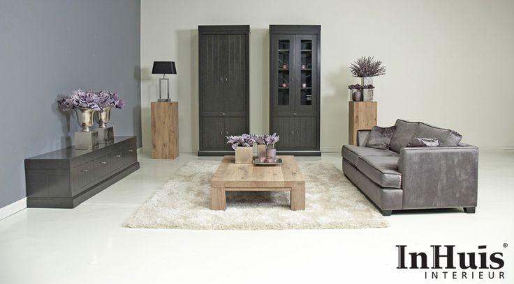 Een mooie landelijke chique woonkamer met paarse accenten de bank en de meubels zijn - Landelijke chique lounge ...