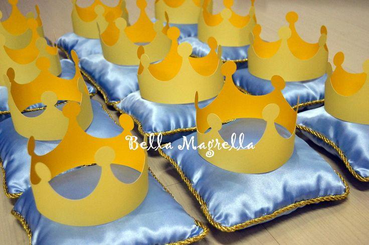 Lindos e diferenciados centros de mesa para festa de Principes e Princesas!!! <br> <br>Numa delicada almofadinha de cetim com cordao dourado e uma linda coroa de scrap no centro! <br> <br>Temos outras peças para completar sua festa no mesmo padrão!!!