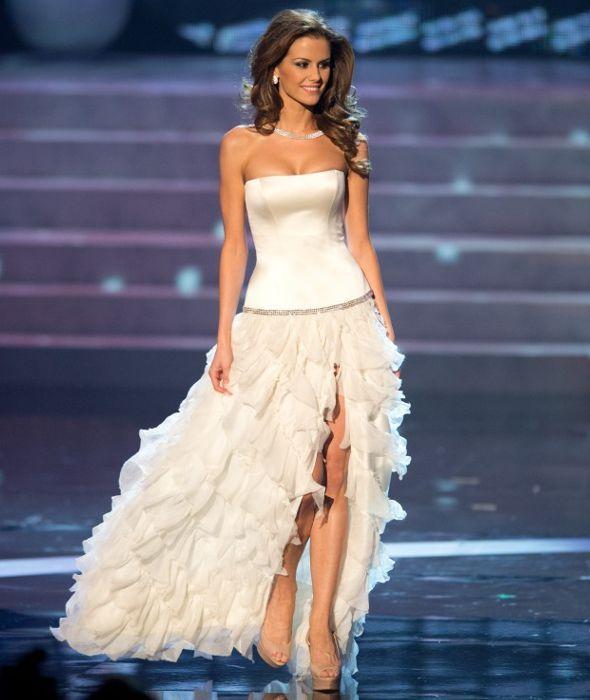 Los 10 mejores vestidos de gala en el Miss Universo 2012. Vestido de Miss Hungría - Blanco.