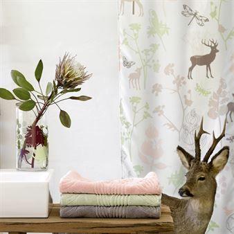 Sagoinspirerat duschdraperi från Design by Susanne Schjerning. Perfekt för att få lite färg och lekfullhet i badrummet. Välj mellan två vackra designer, Cloud och Mist.