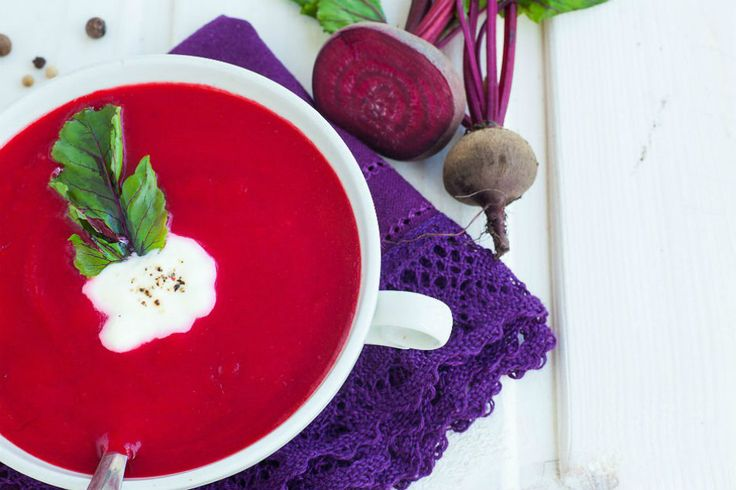 Rengiyle göz alan ve pratik bir şekilde hazırlanan pancar çorbası... Ev yapımı ekşi kremanın canlılık kattığı soğuk çorba, yaz sofralarına yakışır cinsten.