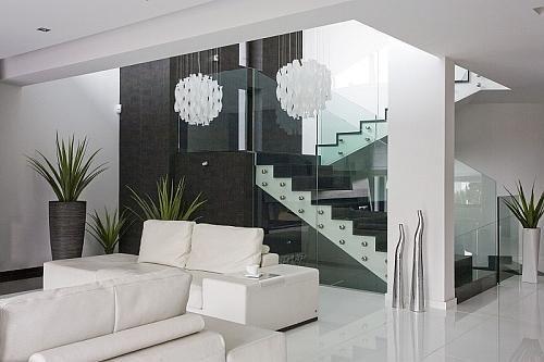 Schody w salonie: sprawdź, czy warto mieć schody w salonie