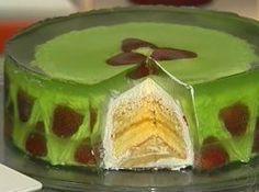 Receita de bolo de vidro - bolo reservado na transversal em 5 camadas (discos). Coloque a camada do fundo do bolo num prato de papelão e cubra com metade da baba de moça...