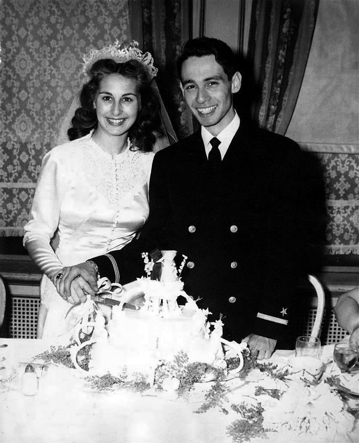 1940s Bride & Groom cutting their wedding cake - I ♥ her victory rolls!!!