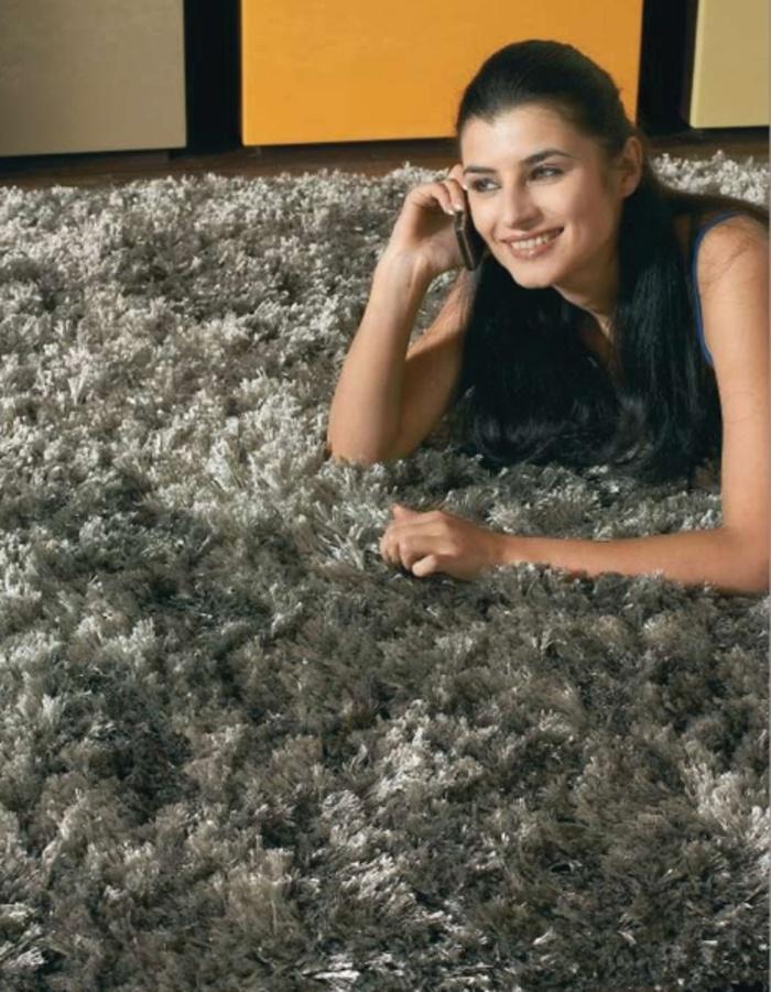 Alfombra AGATA LATTE Pack de 2 alfombras modelo Agata Latte.  Composición: 100 % poliéster fino arrugado, calidad crinkled Moire.  Altura del pelo: 90MM+/-5%  Forro exterior: 100% algodón.  Forro interior: 100% PP  Látex: base de agua.  Tufting manual.  Muy suave al tacto.  Sus dimensiones son: 70x140 cm.  Mantenimiento: Limpieza en seco   Fabricante: FELIX BELSO