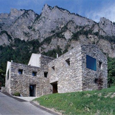 Modernisation d'une bâtisse datant de 1800 en Suisse Située en zone rurale, aux pieds des montagnes, cette vieille maison en pierre a vu son extérieur et s