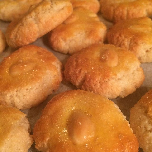 Nu wou ik dat ik ze niet gemaakt had 😬 Ik kan ze niet laten staan; veel te lekker!Amandelkoekjes. Oeh! #amandel #amandelmeel #koekjes #mmm Recept op mijn website.