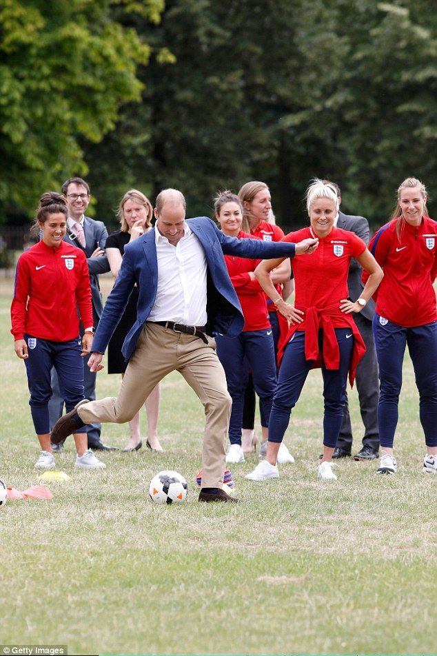 13-7-2017 prins william The Duke of Cambridge enjoys a kickabout with players from the Wildcats Girls' Football pr...