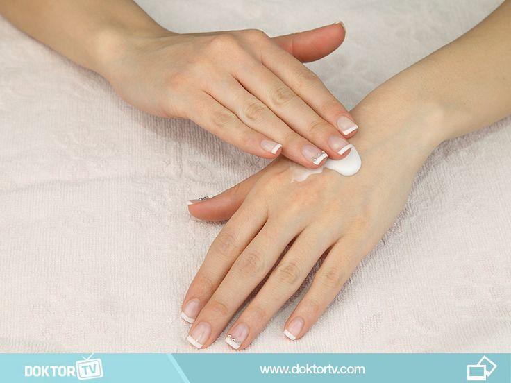 Yüzünüz için kullandığınız peeling ile haftada bir ellerinizdeki ölü derinin soyulmasını sağlayın.
