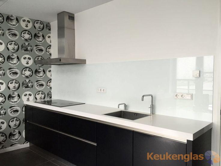 Spatwand Keuken Gamma : Witte glazen keuken achterwand in Weesp – Keukenglas #keukenglas #