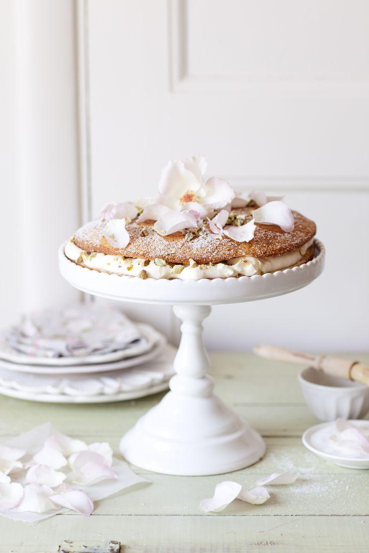 Pistachio and rose cake//