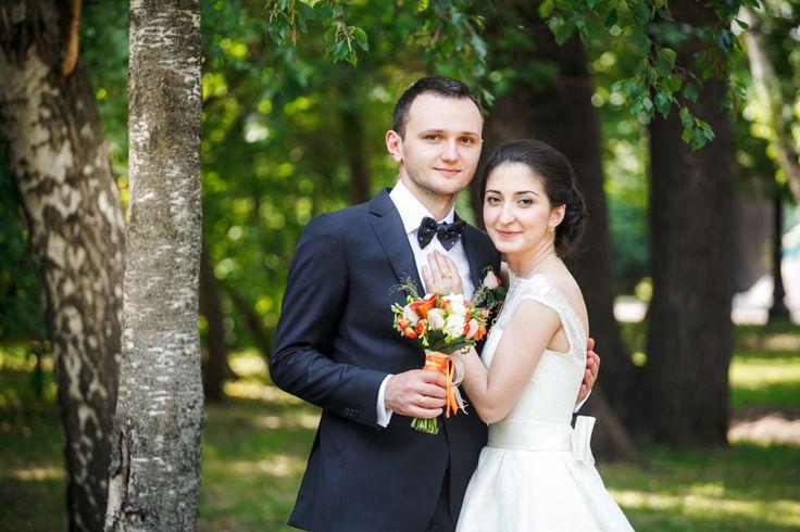 Одна из самых красивых и жизнерадостных пар этого сезона, Сергей и Мэри, для своей свадебной прогулки выбрали Нескучный сад, несмотря на большое количество отдыхающих, это все же отличное место для фотосессии.