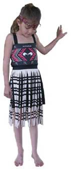 The flax skirt worn during Kapa Haka and as traditional Mâori dress. The piupiu is made of thick cotton overlock and is printed and cut to imitate the real thing. Also included is a tipare (head-band).