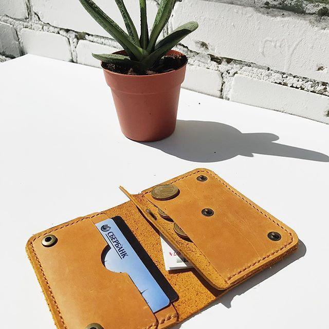 Наш новый мини кошелёчек, по максимум функциональный. Есть отдел для заначки)) для мелочи и для карточек. Размеры 11см /8 см