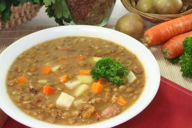 Para guardar el calor, nada mejor que una sopa de lentejas. | 14 Sopas calientitas y mexicanas para cuando hace frío todo el tiempo