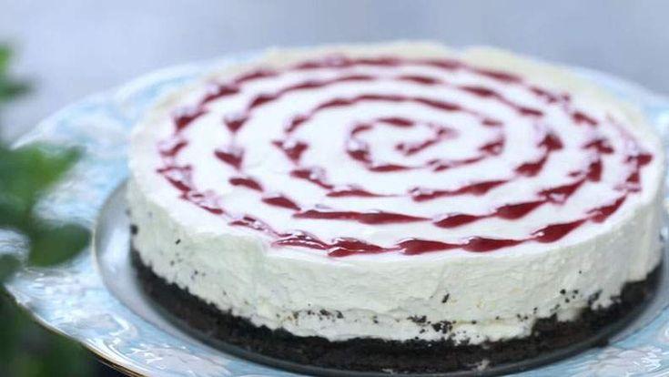 Acest cheesecake cu ciocolata alba, biscuiti oreo si zmeura, fara coacere, este una dintre cele mai bune cheesecake-uri pe care le-am facut..