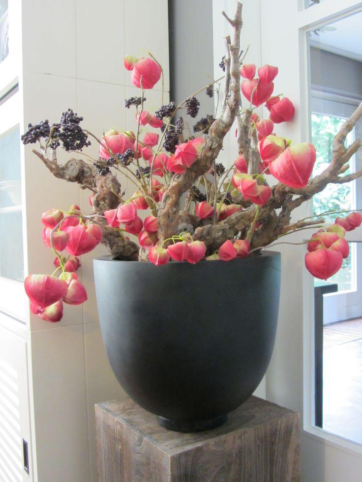 Najaarsknaller met zijden lampiontakken en paarse bessentakken. Afgemaakt met flinke stronken decoratiehout. www.abonneefleur.nl