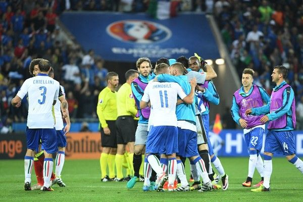 Italy's players celebrate after winning the Euro 2016 group E football match against Belgium at the Parc Olympique Lyonnais stadium in Lyon on June 13, 2016. / AFP / EMMANUEL DUNAND