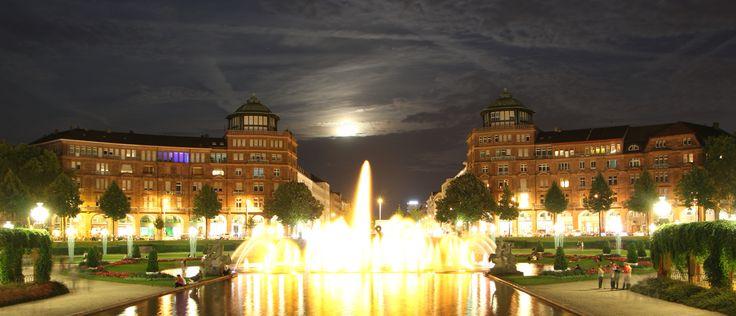 Mannheim Friedrichsplatz bei Nacht mit Wasserspiel und Blick auf die Augustaanlage