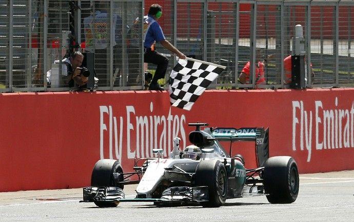 Lewis Hamilton recebe bandeira quadriculada para vencer GP da Inglaterra 2016