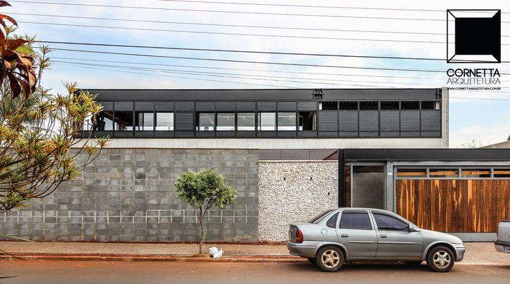 Em obras: instalação em andamento de esquadrias e pele em alumínio. #cornetta #arquitetura #casasmodernas #estruturasmetalicas #concretoaparente