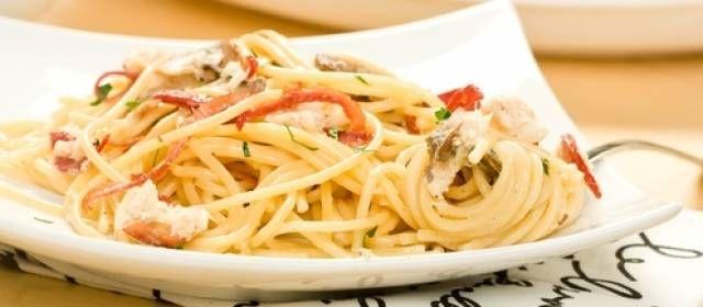 Lekker simpel recept met verse pasta, krab, koriander, rode peper, knoflook en limoen