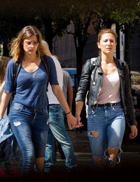 Esto es amor verdadero: Sandra Barneda, presentadora de Mediaset, y su chica, Nagore Robles, colaboradora de televisión, están viviendo un momento idílico en su relación.De la mano, divertidas y sin perder la sonrisa, se besaron por las calles del centro de Madrid. ¡Están enamoradísimas!  Muy guapas y sensuales, Sandra y Nagore se han convertido en una de las parejas más estables de la tele. Empezaron a salir en verano de 2016 y dentro de poco cumplirán su primer aniversario de amor. Sandro, Lesbian, Crushes, Pride, Capri Pants, Beauty, Women, Fashion, Real Love