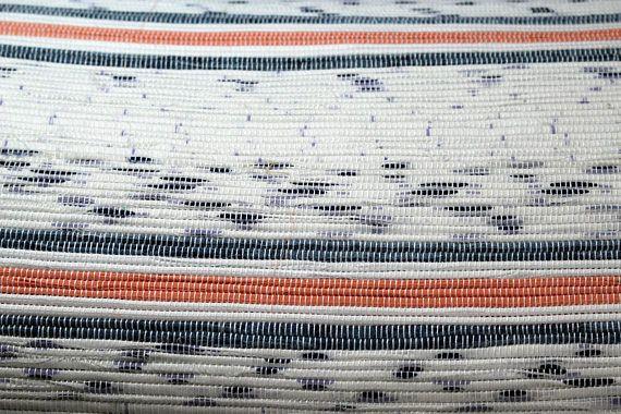 Belle catalogne pour lit double de 81 X 107 pouces. La couleur dominante blanche est accentuée par des bandes bleu et orange. Vous serez apaisé sous cette couverture, chaude et réconfortante durant vos nuits dhiver. Fabriquée avec un métier traditionnel, cette pièce est unique et de