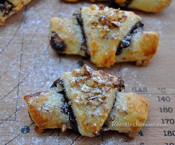 Des mini-croissants, appelés « Rugelachs » à base d'une succulente pâte douce et moelleuse très facile à faire, ils peuvent être fourrés au chocolat et aux fruits secs de votre choix, vous pouvez également les parfumer de cannelle ou de zeste de citron...