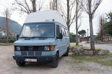 Une nouvelle vie nomade, à bord d'un camion aménagé (Detour Local) -> Une place dans un parking payant se tranforme, en basse saison, en un parking gratuit. www.detourlocal.com/europe-van-fourgon-amenage-roadtrip-nomade/