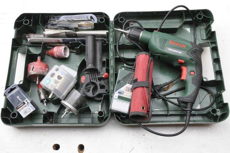 Perceuse visseuse perfo BOSCH à percussion 650 WattsMandrin automatique 13mm Press+Lock Bosch – changement simple des accessoires par bouton de blocage de broche.Variateur électronique de vitesse.Régime à vide 50 – 3.000 tr/minFréquence de frappe 48.000 tr/minØ de perçage maxi. dans le béton 14 mm;Ø de perçage max. dans l'acier 12 mm ;Ø de perçage maxi. dans le bois 30 mm.Avec :- mèches, forêts bois et métal, - scies cloches pro HSS Ø28 mm, 40 mm, 68 mm, - kit scie cloches (plus fines mais…