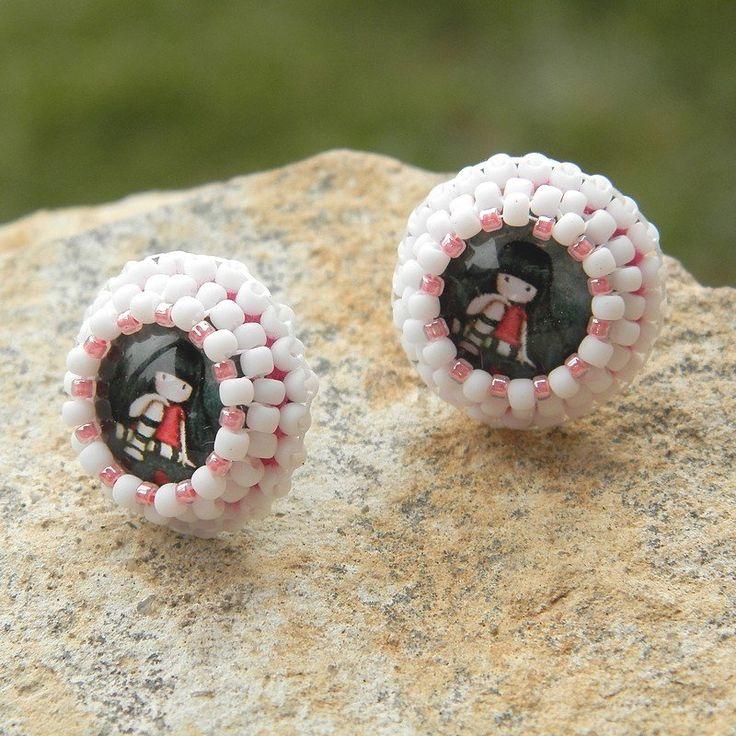 ❀ Cena: 160 CZK + 55 CZK doprava ❀ Puzetkové náušnice vyrobené časově náročnou technikou šitého šperku. Krásné skleněné kabšonky  jsou obšívané  kvalitními japonskými korálky TOHO, podšívané umělou semiší slcantara. Použity jsou puzetky z bižuterního kovu stříbrné barvy.   vavavu