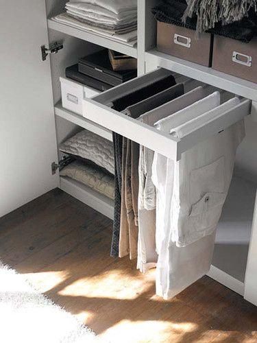 O instala una barra deslizante para colgar pantalones. | 53 trucos para organizar la ropa que te van a cambiar la vida de verdad