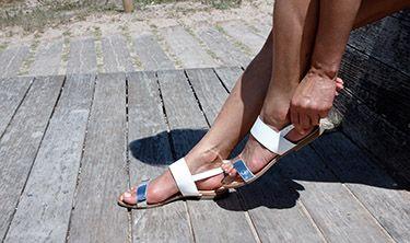 Sandalias planas en blanco y plata, muy bonitas, ligeras y cómodas, ajustadas. https://mecalzobien.es/producto/sandalia-plana-blancoplata-de-giuseppo/