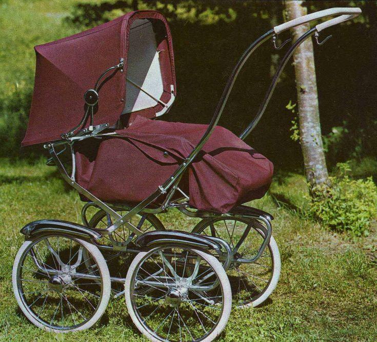 SVENSKTILLVERKADE BARNVAGNAR FRÅN 1960-TALET BRIO Sport 30373  En trevlig sittvagn från 1967, troligen fanns den ett eller eventuellt två år tidigare också.  Bra fjädring och mycket lättkörd. Det räfflade styrhandtaget i plast, störde ej. Stora bra hjul.  Vävplast.