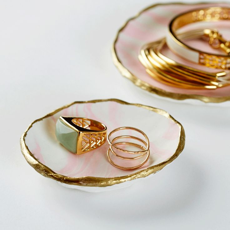 In need of a handmade gift idea? Look no further than this marbled jewelry tray.