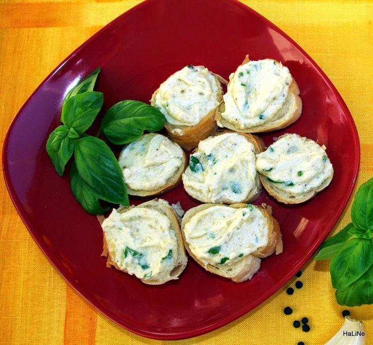 Česneková pomazánka      250 g tvarohu nebo taveného sýra nebo ricotty     2 polévkové lžíce majonézy     1 polévková lžíce plnotučné nebo dijonské hořčice     1 - 10 stroužků česneku     sůl     pepř     bazalka nebo jiné čerstvé bylinky     rohlíky