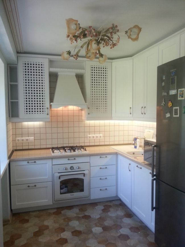 Белая кухня совмещенная с гостиной в хрущевке 5,6 кв.м.