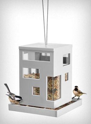 La mangeoire design de Teddy Luong. Conçue en plastique résistant aux…