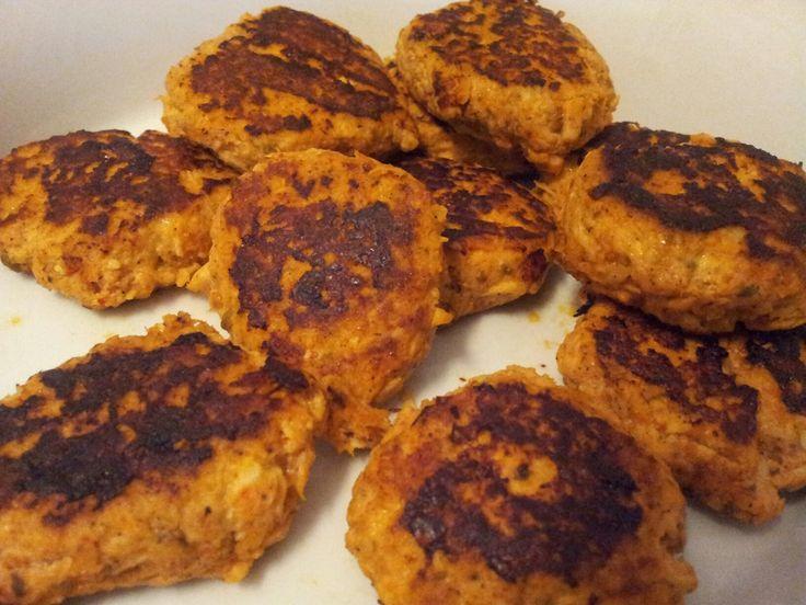 Evde haşlanmış tavuğunuz varsa ve o şekilde yemekten sıkıldıysanız bunu deneyin..    Malzemeler   2 parça haşlanmış tavuk göğsü   1 yumurt...